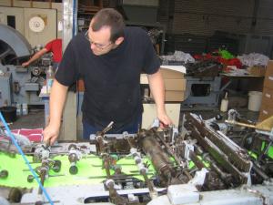 Medewerker Gezang Enveloppen aan het werk in de fabriek