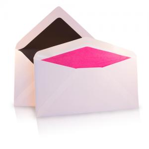 Verschillende formaten enveloppen met gekleurde zijde binnenkant roze en zwart